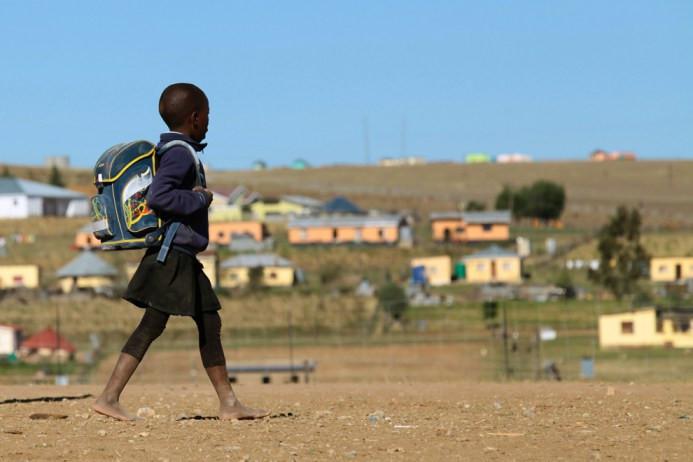 Ένα παιδί περπατά στο σχολείο στις 11 Ιουνίου στο Qunu, ένα χωριό έξω από την πόλη της Mthatha στο Ανατολικό Ακρωτήριο όπου μεγάλωσε ο πρώην πρόεδρος της Νότιας Αφρικής Νέλσον Μαντέλα