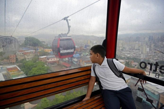 Leobardo Medina, 8 ετών, πηγαίνει στο σχολείο του στο Καράκας, στις 20 Ιουνίου