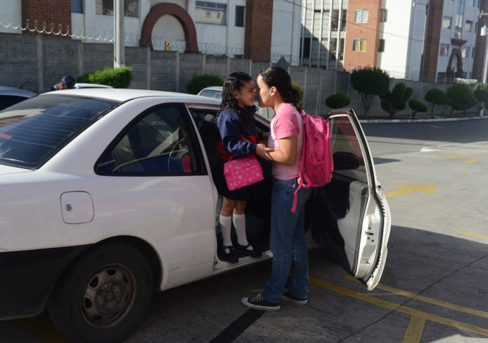 Η Μαργαρίτα από τη Γουατεμάλα φιλάει την 6χρονη κόρη της Samayoa πριν να πάει στο σχολείο - 8 Ιουλίου