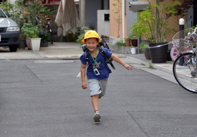 Ο 6χρονος Ιάπωνας Seishi Nishida τρέχει για το σχολείο στο Τόκιο στις 11 Ιουνίου
