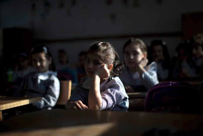 Τα παιδιά κάθονται στην τάξη τους την πρώτη ημέρα του νέου σχολικού έτους στην πόλη της Γάζας, στις 25 Αυγούστου