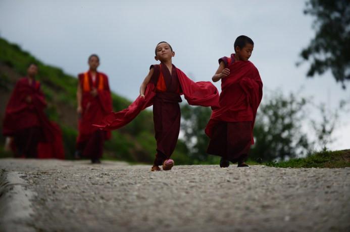 Ο 6χρονος μαθητευόμενος μοναχός Tandi Dorji καθώς περπατά το πρωινό σε ένα μοναστήρι στην Thimpu, την πρωτεύουσα του Βασιλείου του Μπουτάν στις 3 Ιουνίου