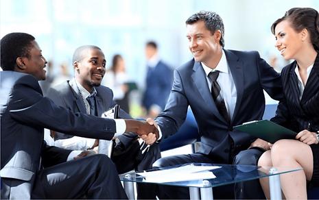 Geschäftsleute schütteln sich die Hände. Führungsperson in Zeiten des Wandels.