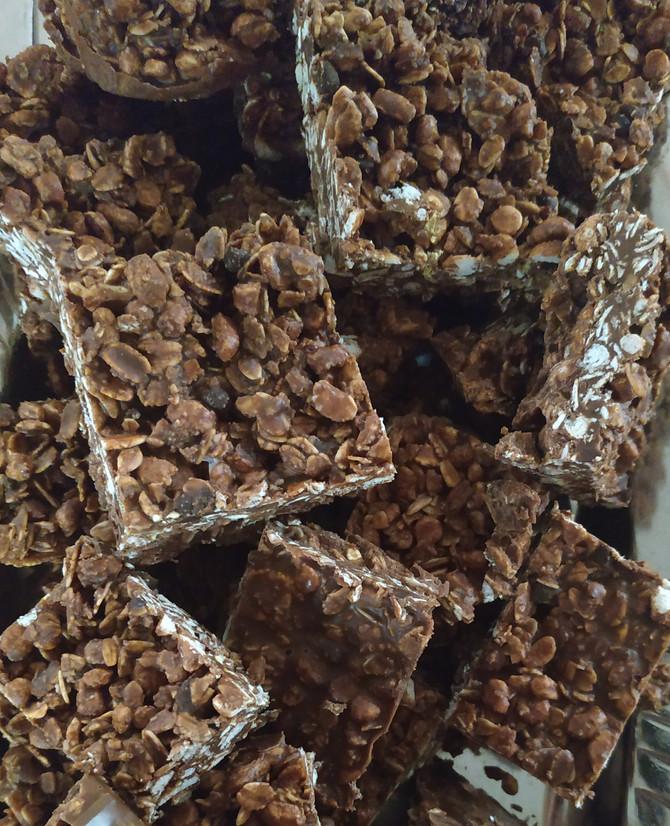 חטיף גרנולה שוקולד טבעוני קל-קל, 2 דק עבודה, ללא אפייה, טעים ומזין. אתם מסודרים