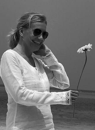 Annika Sundell est une thérapeute qui pratique sur Genève au sein du cabinet Sunrolfing le Rolfing, la Somatic Experiencing (l'experience somatique) et le travail des cicatrices (ScarWorks)