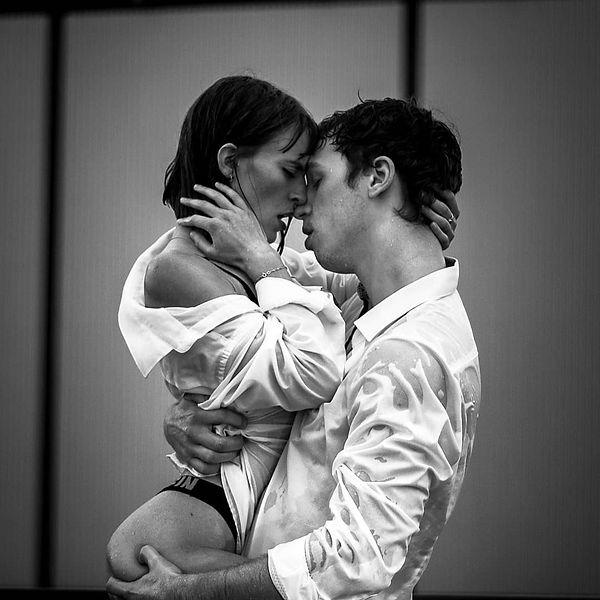 Mann hält Frau leidenschaftlich in den Armen und sie küssen sich.