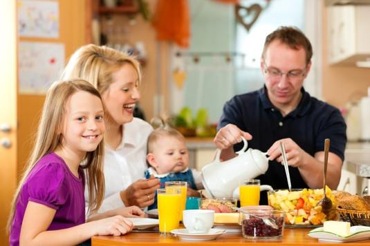 familie-gluecklich-tisch-e1446758460834.