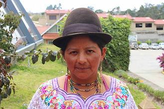 Luisa Ubaldina Gualán Contento es tejedora de collares en chaquira y socia de MAKI FairTrade. Vive en Ñamarin, Saraguro, Loja, Ecuador.