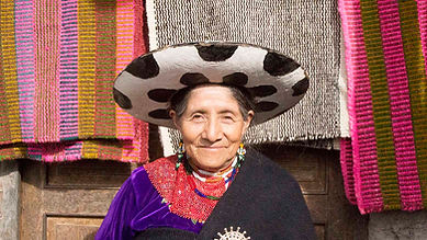 María Rosa Asunción Guamán Lozano es tejedora de collares enchaquira y socia de MAKI FairTrade. Vive en Ñamarin, Saraguro, Loja, Ecuador.