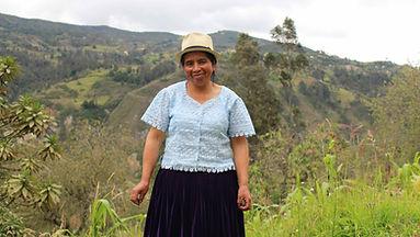 María Mercedes Jadan Boconsaca es tejedora de Sombreros de Paja Toquilla (Panama Hats) y socia de MAKI FairTrade. Vive en Bacpancel, Gualaceo, Azuay, Ecuador.