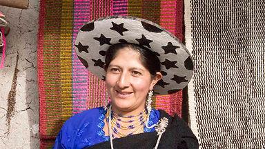 Rosa Mercedes Minga Guamán es tejedora de collares en chaquira y socia de MAKI FairTrade. Vive en Ñamarin, Saraguro, Loja, Ecuador.