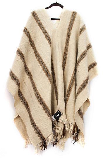 Poncho elaborado en lana de oveja a mano por artesanas del pueblo Saraguro en Loja, Ecuador.