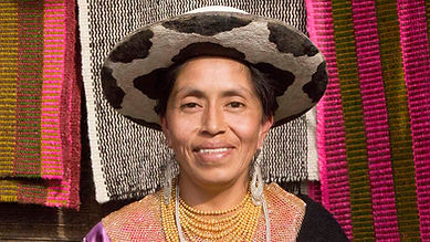 Delia Benigna Chalán Guamán es tejedora de collares en chaquira y socia de MAKI FairTrade. Vive en Ñamarin, Saraguro, Loja, Ecuador.