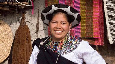 Tania Paulina Minga Guamán es tejedora de collares en chaquira y socia de MAKI FairTrade. Vive en Ñamarin, Saraguro, Loja, Ecuador.