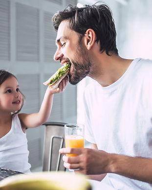 Vader en dochter met ontbijt