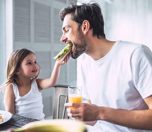 Pai e filha tomando café da manhã