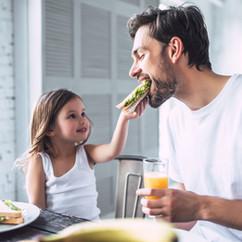 Vater und Tochter beim Frühstück