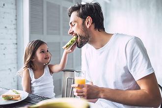 Fader og datter har frokost