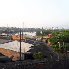 Vista superior de um dia de sol na comunidade.