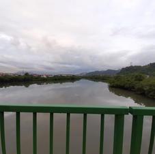 Vista do Rio dos Bugres em cima da ponte que liga o Mangue Seco ao Jardim São Manoel.