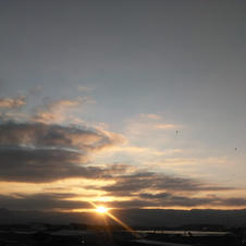Sol se pondo entre as nuvens.