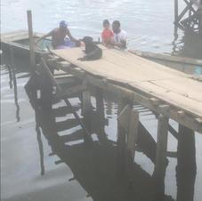 Moradores partindo e chegando em suas embarcações.