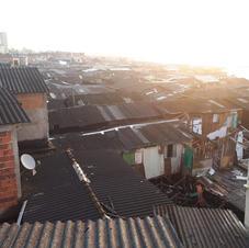 Sol sobre os telhados das moradias