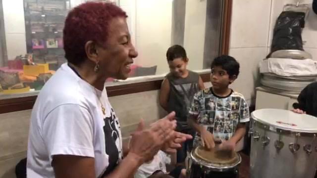 Arte no Dique homenageia Leci Brandão pelo prêmio de Melhor Cantora de Samba do Brasil. E junto com o Coletivo Querô ela nos deu uma palhinha. Valeu!!!!