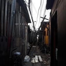 Problemas estruturais devido à falta de planejamento (é comum ocorrer curto circuito nas fiações provocando incêndio nas casas).