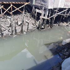 Estruturas das palafitas sobre o Rio dos Bugres.