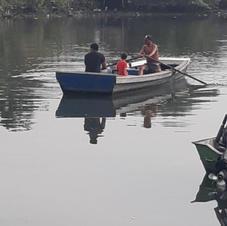 Moradores navegando sobre o Rio dos Bugres.