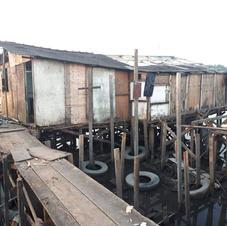Processo de construção das palafitas (utiliza-se pneus para estabilizar e evitar que a casa afunde)
