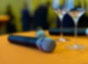 Micro et verres sur une tale pour inauguration