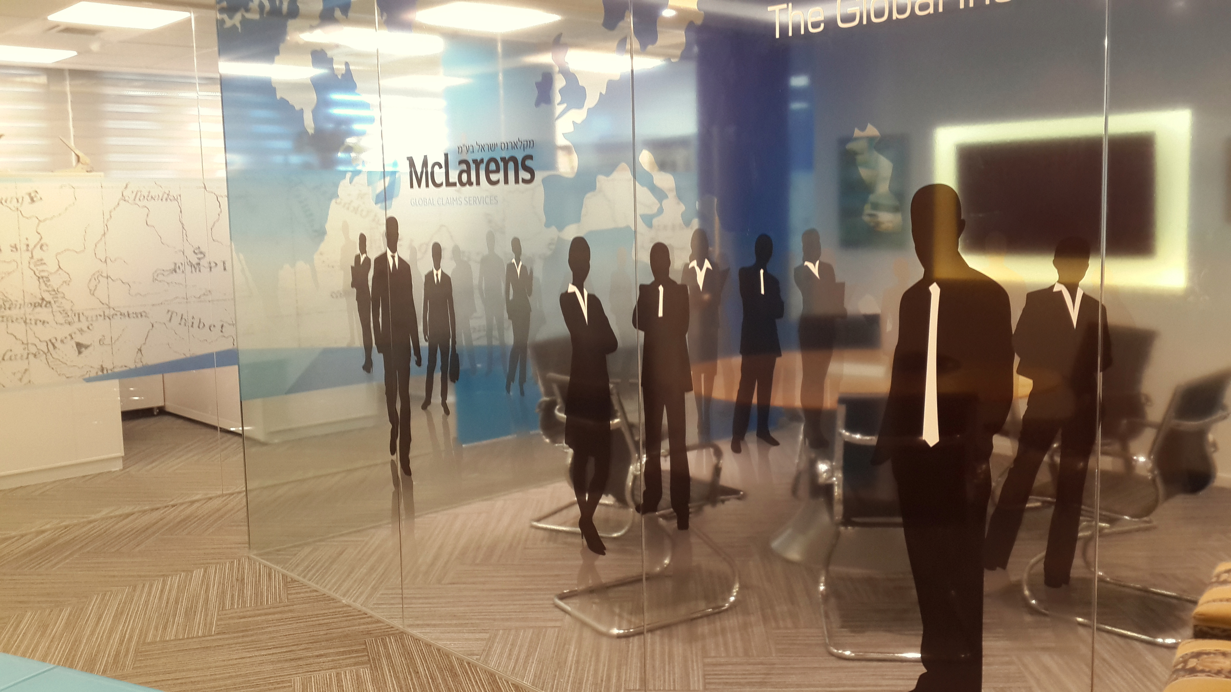 עיצוב קיר זכוכית לחדר ישיבות