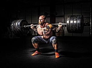 Homem forte fazendo agachamento poder