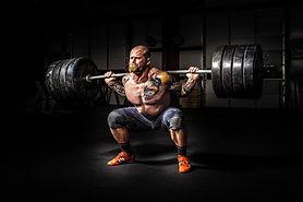 homme fort à faire squat de puissance