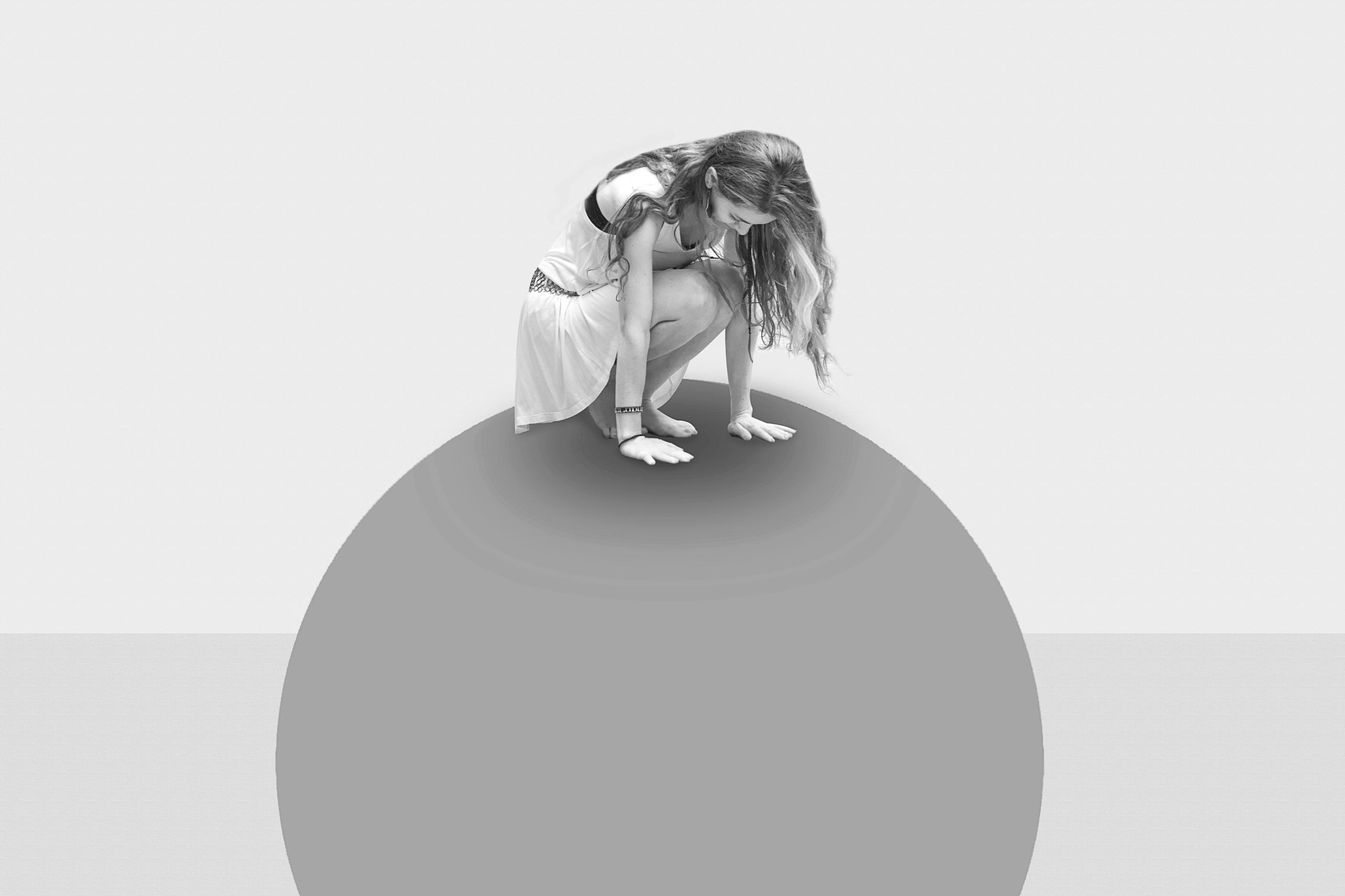 ילדה על כדור