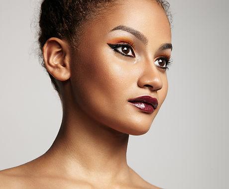 Schöne Modell mit hellen Make-up