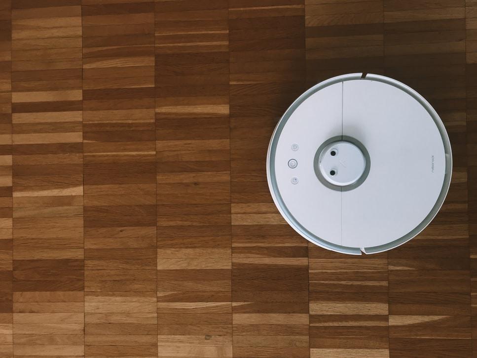 Robô inteligente aspirador no chão de uma casa