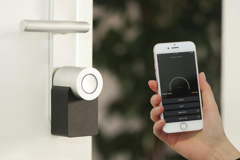 Fechadura de uma porta sendo controlada por um celular