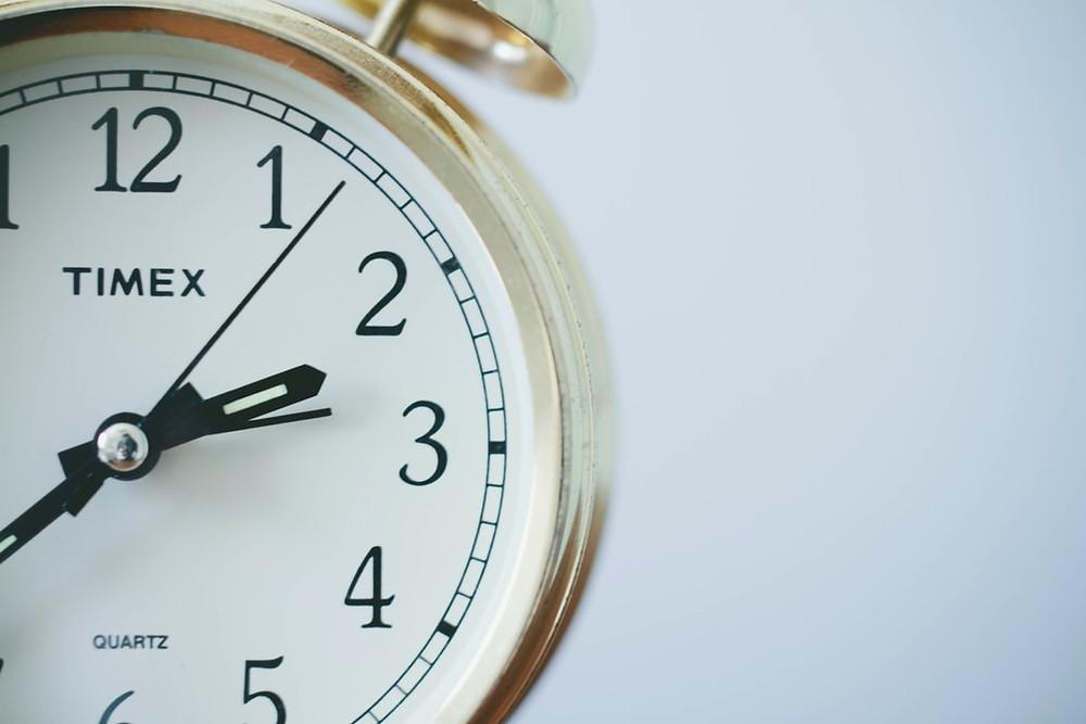 Um relógio analógico marcando duas horas e 40 minutos