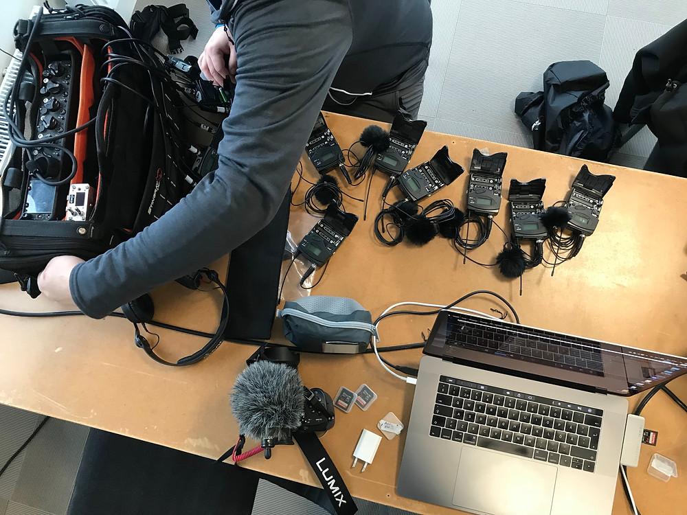 ljudtekniker, mikrofoner, kamera och dator