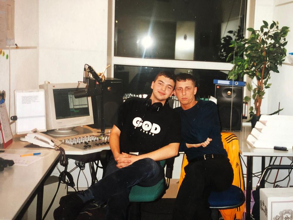Максим Милованов и Роман Порох в первой студии Русского Радио. 1999 год.