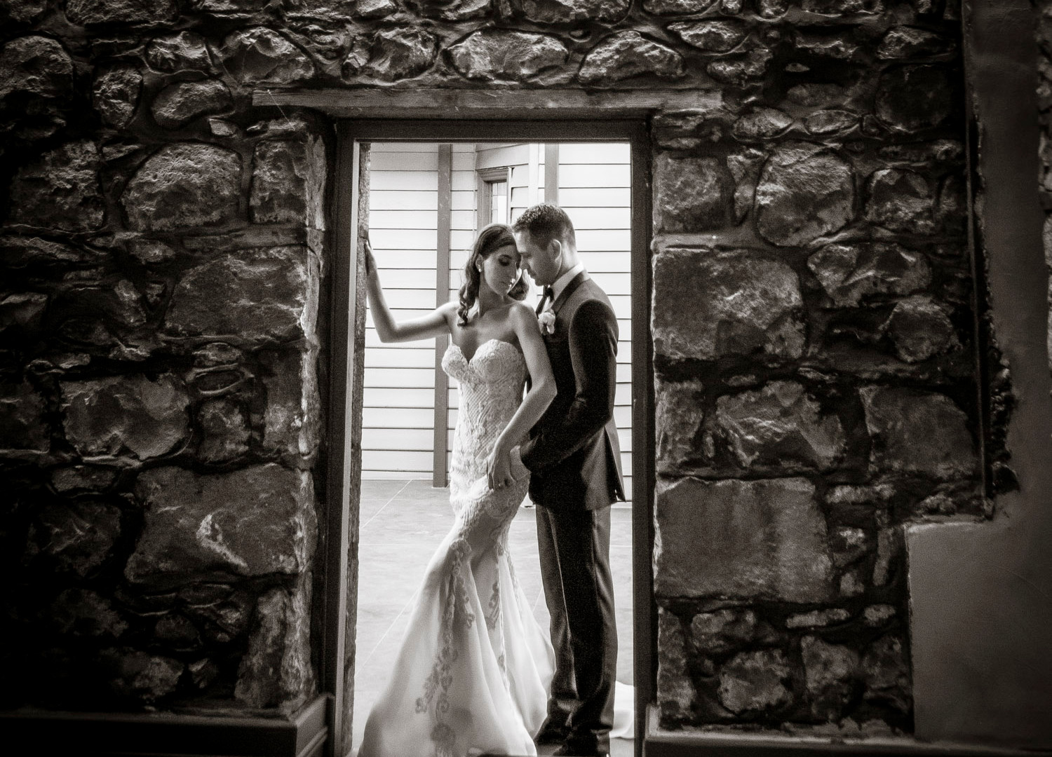| Meadowbank Estate |Couple In Doorway Wedding Venue | Campbellfield