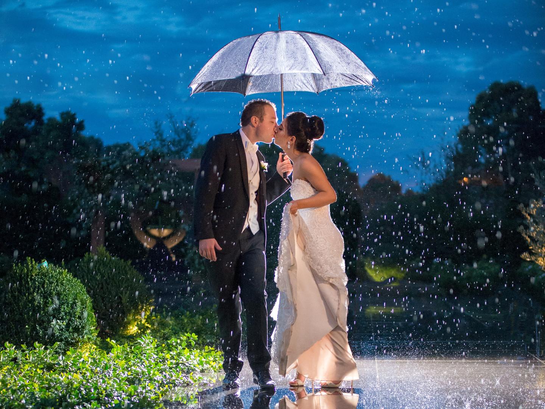 Kissing In The Rain | Meadowbank Estate | Wedding Venue | Campbellfield