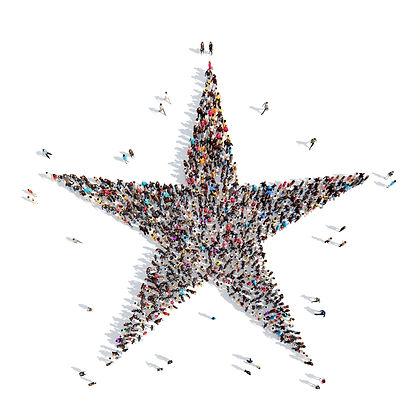 Groupe de personnes debout en forme d'étoile
