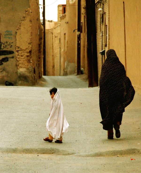 Criança e mulher iranianas