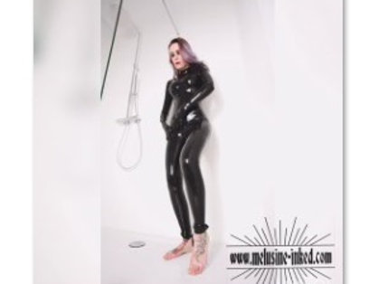 VIDEO // combi latex / backstage douche 09