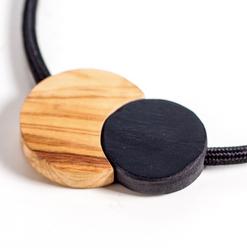 collana in legno e cavi