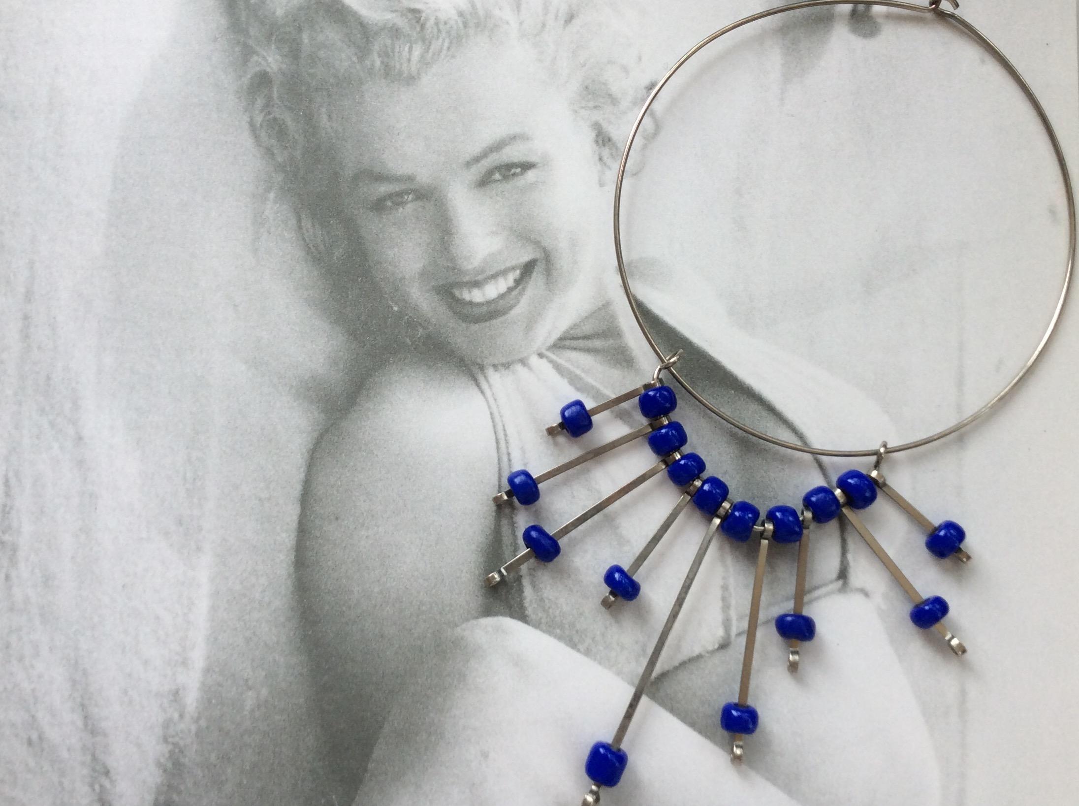 Girocollo in metallo e perline blu